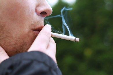 Człowiek pali papierosa, kultura palenia w Polsce