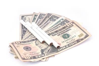Banknoty dolarów i papierosów, zarabianie na detalicznej sprzedaży tytoniu