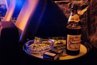 Paczka papierosów, popielniczka i butelka piwa w barze bez zakazu palenia